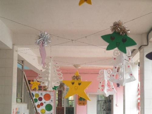 首页 -> 幼儿园动态  四跟大柱子依然是以圣诞树为装饰,有所改变的是